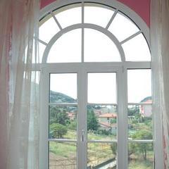 Finestra ad arco in pvc Camporosso